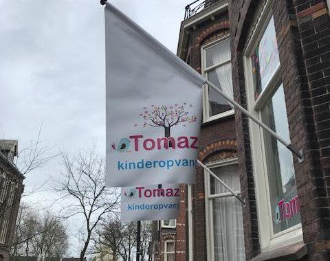 Gevelmasten met vlaggen Tomaz